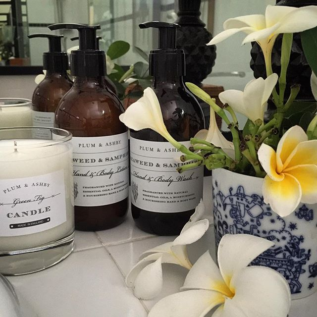 Love using these beautiful Plum & Ashby products in the tropics! Wish you could experience the scent in this bathroom - heavenly! A gentle reminder that orders are due in this Friday (15th July). #plumandashby #luxurycandles #candles #beautifulflowers #scents #madeinengland #beautiful #thatsdarling