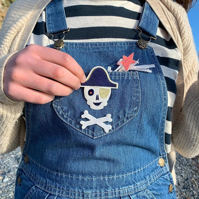 Give your little pirates some cutthroat flair and raise the Jolly Roger with these iron on patches from @merimeriparty !#merimeri #singaporeshopping #merimeriparty #pirates #partyideas #irononpatches #piratefashion #gooddesign #denim #pirateparty #kidsfashion